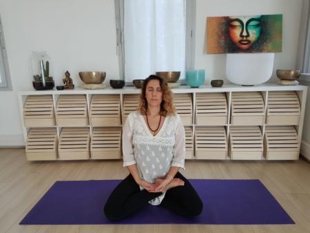 Séance yoga enterrement de vie de jeune fille